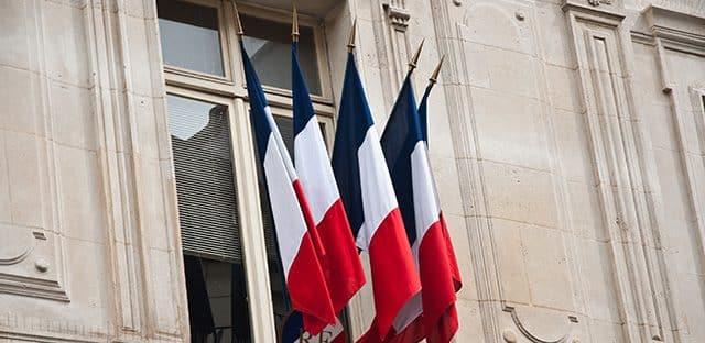 """Matignon promet d'agir vite contre """"l'inflation"""" des normes"""