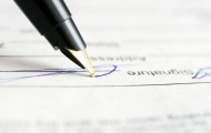 L'agent qui refuse de signer son contrat tout en continuant à exercer ses fonctions peut-il être considéré démissionnaire ?