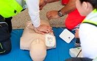 Apprendre à sauver des vies grâce à la Caravane d'été de la Croix-Rouge française