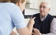 Contre la maltraitance des personnes âgées, augmenter le nombre de professionnels