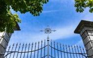 La présence d'une croix sur le portail d'un cimetière communal est-elle une atteinte au principe de laïcité ?