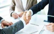 Quelles sont les règles régissant la transformation d'un groupement d'entreprises en phase d'attribution du marché ?