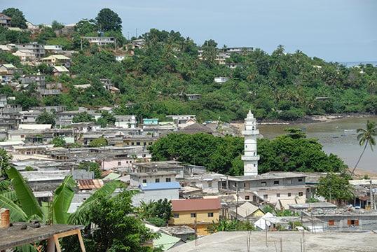 """Santé, éducation, infrastructures, logement : Annick Girardin présente 53 """"engagements"""" pour Mayotte"""