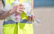 Après les sacs à usage unique, les touillettes pour le café et les pailles qui finissent par gonfler les continents de plastique dans les océans pourraient être interdites en France à partir du 1er janvier 2020.