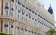 De la publicité sur la façade classée du Carlton : une association porte plainte
