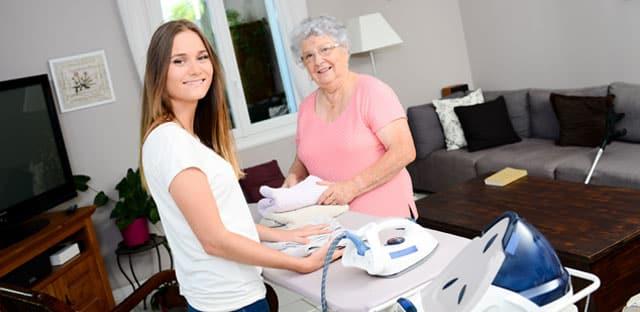 Dépendance : le secteur de l'aide à domicile peine à recruter et demande des financements