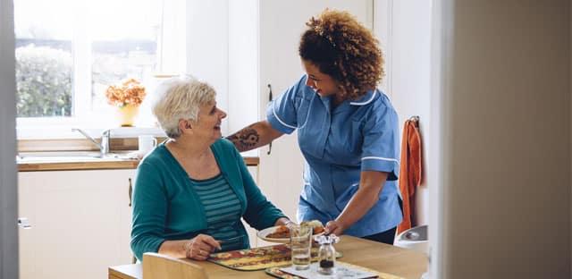 """Aider les seniors dépendants à domicile : un métier """"humain"""" mais """"usant"""""""