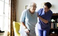 Bas salaire, absentéisme, santé dégradée : elles racontent leur métier auprès des personnes âgées