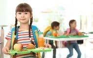 Écoles : le gouvernement veut étendre les petits déjeuners gratuits et la cantine à 1 euro