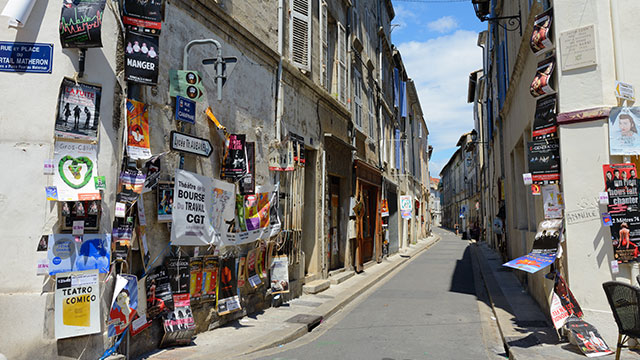 Haro aux affiches à Avignon : le festival de théâtre off en mode écolo