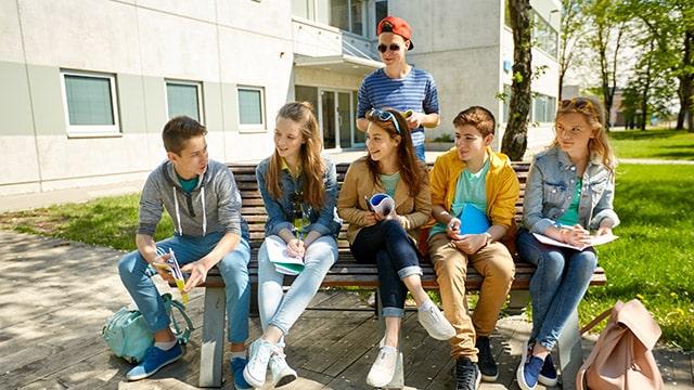 Ministères et collectivités au chevet des jeunes privés de vacances