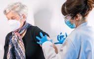 """Vaccination : les régions saluent """"un bon premier petit pas"""" du gouvernement"""