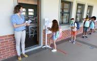 """Écoles ouvertes malgré le Covid : une """"exception"""" française ?"""