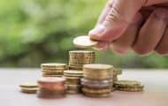 """Un comité d'experts suggère d'expérimenter un """"revenu de base"""" pour les 18-24 ans"""