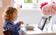 Jeunes enfants : prohiber la télévision pendant les repas