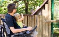 De l'écoute et des astuces : des structures spécialisées pour accompagner les parents handicapés