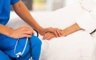 Les aides-soignants autorisés à pratiquer certains soins courants