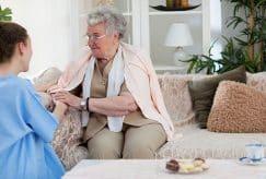 Métiers du grand âge : le gouvernement veut renforcer les formations et reconversions